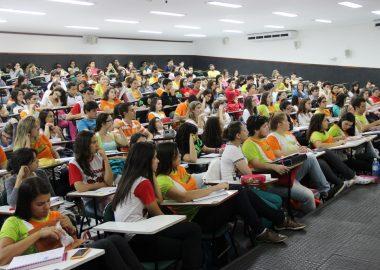 Centenas de alunos comparecem à aula de História da Ciência