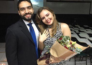 Ex-aluno pede mão de ex-aluna na escola em que se conheceram