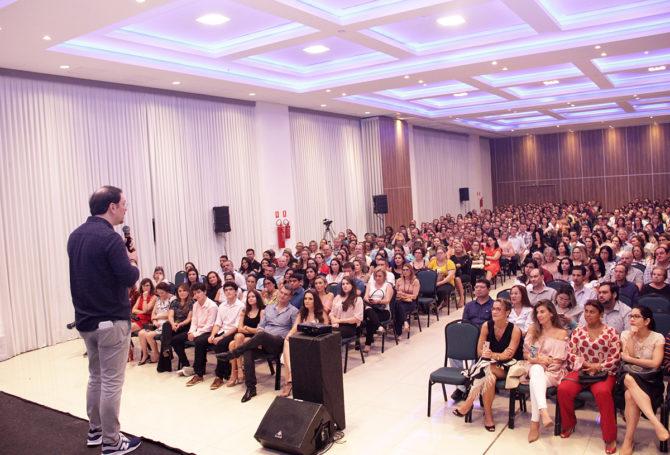 Pais de alunos e convidados lotam palestra de Rossandro Klinjey sobre 'limites na educação'
